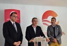 Francisco Salado presenta el informe el turismo de idiomas en Málaga en la sede de Turismo Costa del Sol, acompañado del director general de Turismo y Planificación Costa del Sol, Arturo Bernal, y de José María Casero, presidente de la Asociación de Centros de Enseñanza en Málaga, así como también de la de Andalucía.