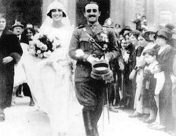 Franco, teniente coronel, sale de la iglesias tras su boda con Carmen Polo