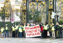 """Un piquete de """"gilets jaunes"""" delante de la sede de la Presidencia de Francia"""
