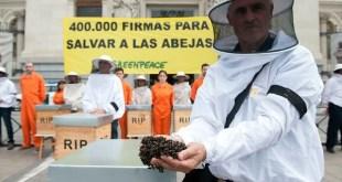 Apicultores y activistas de Greenpeace entregan en el Ministerio de Agricultura de España 400 000 firmas para salvar las abejas. ©Greenpeace / Mario Gómez