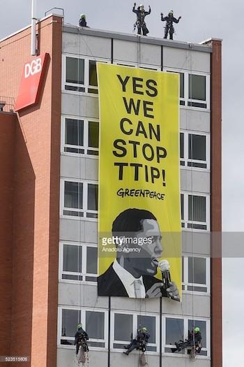 Activistas de Greenpeace descolgaron una pancarta en un edificio de Hannover, Alemania, en la que junto al rostro de Obama se podía leer: Yes, we can stop TTIP