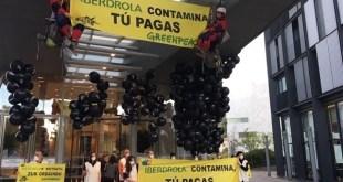 Concentración de activistas de Greenpeace en la sede de Iberdrola