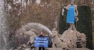 Activistas de Greenpeace caracterizan de pescadero al dios Neptuno en Madrid para exigir al Gobierno que obligue a los Distribuidores una etiquetar el pescado. © Greenpeace / Pedro Armestre