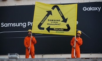 Activistas de Greenpeace despliegan una pancarta en el Mobile World Congress para pedir a Samsung un plan de reciclaje de teléfonos defectuosos