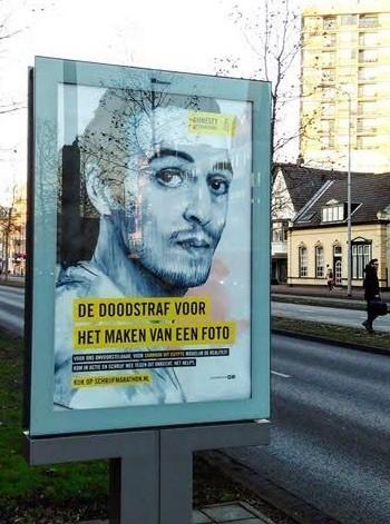 Cartel en Holanda con el rostro de Shawkan citando que puede ser condenado a muerte por sacar fotografías.
