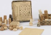 Tableros y piezas expuestos en la muestra de 'Juegos de ajedrez, un breve respiro de la cruda realidad'.