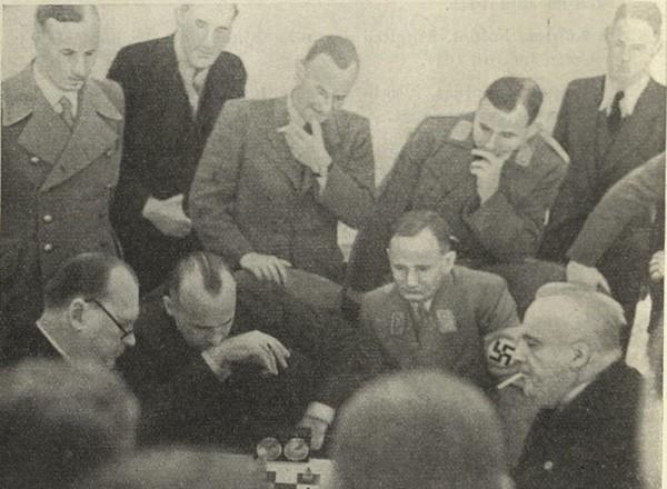 Alekhine a la izquierda con gafas mientras a su lado observa el jerarca nazi Hans Frank