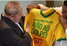 "Lula da Silva recibe una camiseta de la campaña ""No al golpe"""