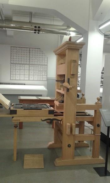 Máquina o prensa de imprimir con tipos móviles, similar a la inventada por Gutenberg.