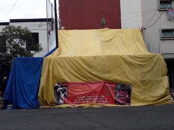 Las 10 familias nahñús (otomís) que habitaban un viejo caserón en Ciudad de México, desde 2007 tienen que pernoctar fuera del edificio por los daños estructurales provocados por el terremoto del 19 de septiembre. No abandonan en lugar para defender su predio y sus enseres y demandar apoyo para el acceso a una vivienda. Crédito: Emilio Godoy/IPS