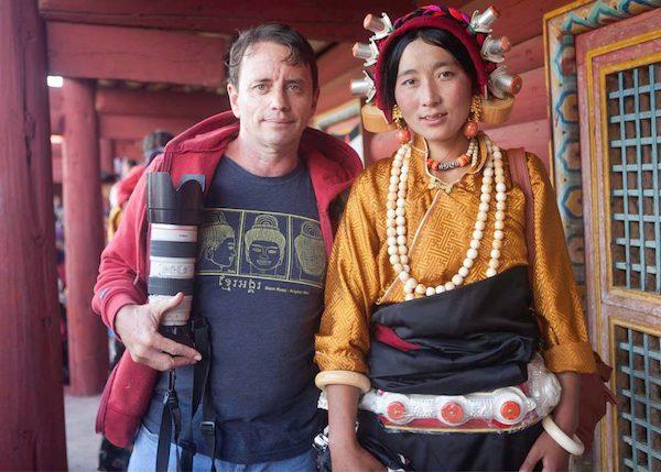 Javier Sánchez-Monge Escardo junto a una amiga tibetana