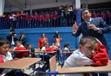 El presidente de Guatemala, Jimmy Morales, con escolares