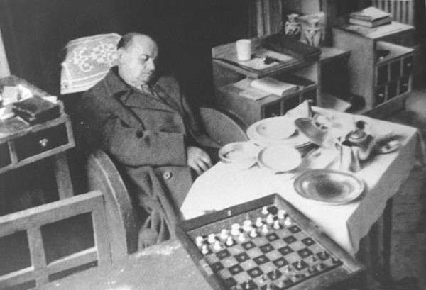 La última foto realizada a Alexander Alekhine, ya cadáver.