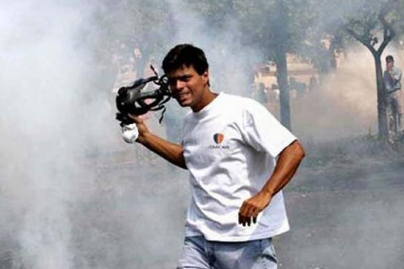 Leopoldo López fotografiado por Telesur cuando participaba en una guarimba en Caracas
