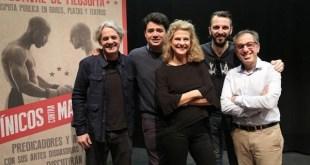 Ponentes del Festival de Filosofía de Málaga posan con el cartel de la muestra