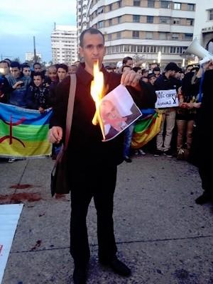 Un manifestante amazigh quema un retrato de Benkirán en rechazo por sus manifestaciones públicas.