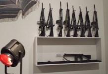 Marcel Broodthaers: instalación de armas y sombrillas en el MoMA