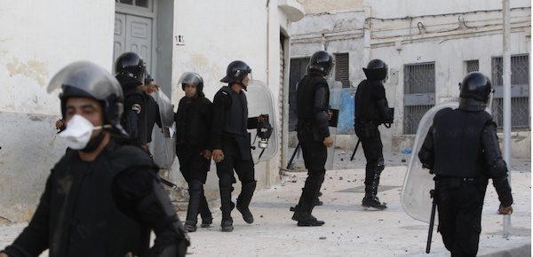 Policía marroquí vigilando tras soltar gases en las calles de la capital del Rif.
