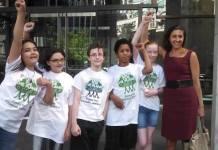 Algunos de los menores demandantes en Washington con la abogada Andrea Rodgers.