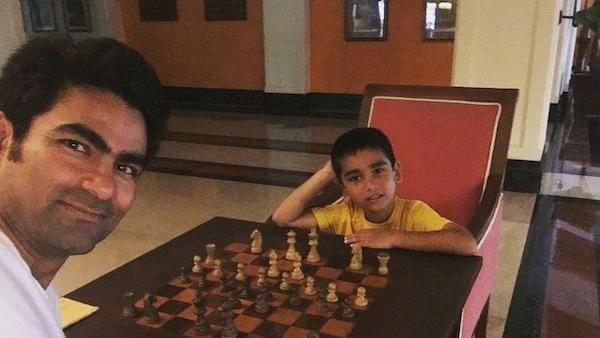 Mohammad Kaif juega con su hijo en la imagen que subió a una red social.