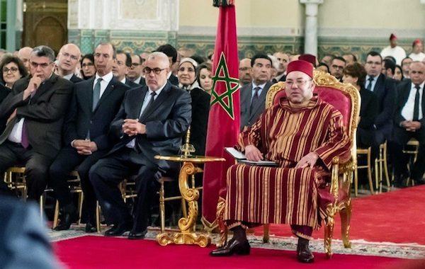 El rey Mohamed VI junto al ya exjefe de Gobierno, Abdelilá Benkirán y otros miembros del Gobierno.