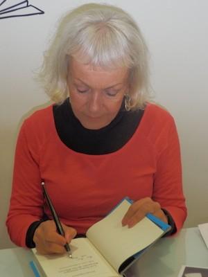 """Monika Zgustova, firma un ejemplar de """"Las rosas de Stalin"""", publicada por Galaxia Gutenberg."""