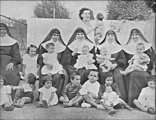 Monjas, curas y médicos aparecen implicados en informes sobre casos de bebés robados en España durante la dictadura de Francisco Franco