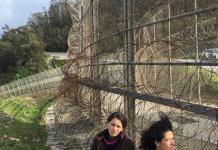 Maribel Mora y Nadia Azougagh en la valla que separa Ceuta de Marruecos