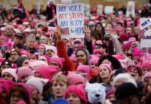 Mujeres marchan en Washington con gorros rosas por las declaraciones contra las mujeres de Donald Trump