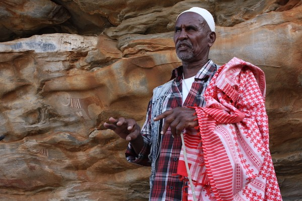 """""""Cuando era pequeño pensábamos que estas tenían algún tipo de conexión diabólica"""", recordó Musa Abdi, de 57 años, quien vivió toda su vida cerca de Laas Geel, y ahora ayuda a cuidar estas pinturas rupestres de Somalilandia. Crédito: James Jeffrey/IPS"""