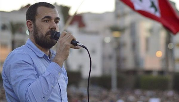 Naser Zafzazi se dirige a una multitud tras una manifestación