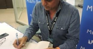 Adriana Bianco: Pablo Simonetti firma una dedicatoria en la Feria del Libro de Miami