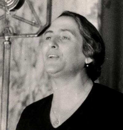 Dolores Ibarruri, Pasionaria, ante un micrófono
