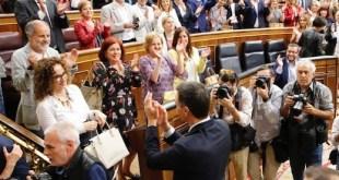 Pedro Sánchez comparte aplausos con su grupo parlamentario tras ser investido como presidente de España el 1 de junio de 2018