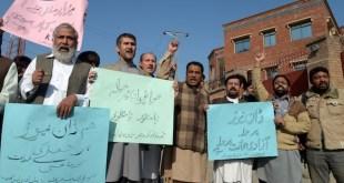 Periodistas pakistaníes en Peshawar, capital de Jyber Pajtunjwa, protestan por el atentado contra el diario Dawn News, cerca del Club de la Prensa near en november de 2016. Crédito: Ashfaq Yusufzai/IPS
