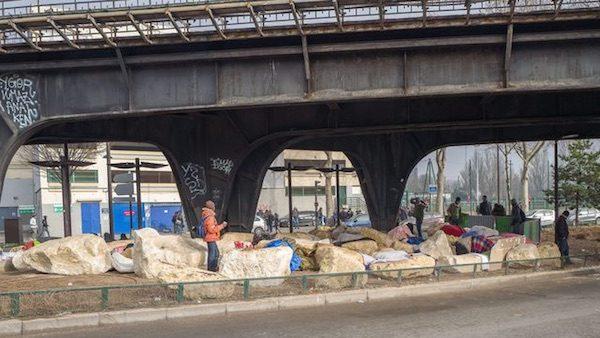 Porte Chapelle: bloques de piedras colocados por la alcaldía de París para impedir la acampada de inmigrantes