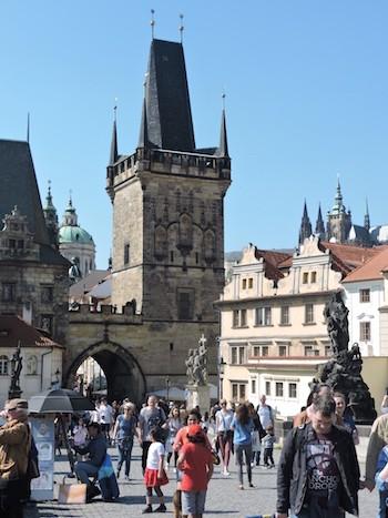 ABianco: panorámica de la iglesia y abajo la torre de entrada al puente