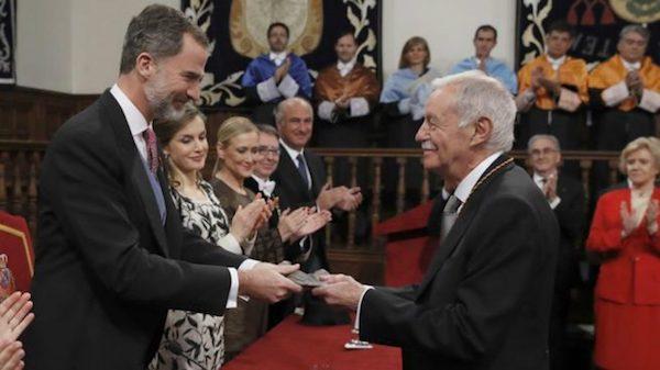 Feliz VI en el momento de entregar el Premio Cervantes a Eduardo Mendoza, en el Paraninfo de la Universidad de Alcalá de Henares.
