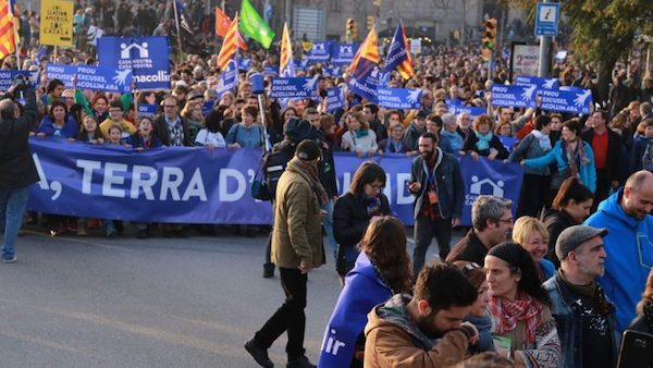 """Pancarta de """"Cataluña tierra de acogida"""" en la manifestación de Barcelona. Foto: Pressenza"""
