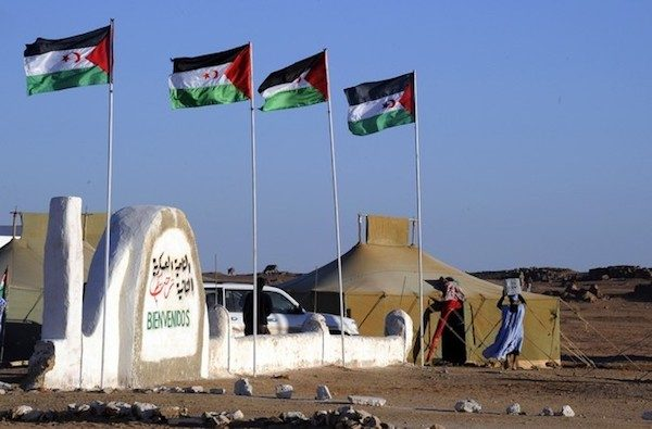 Zona controlada por la RASD. Obsérvese, letrero en árabe y español.