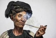 Retrato de un exorcista y hechicero de la cultura Yi, una etnia primitiva del norte de Yunnan en China.