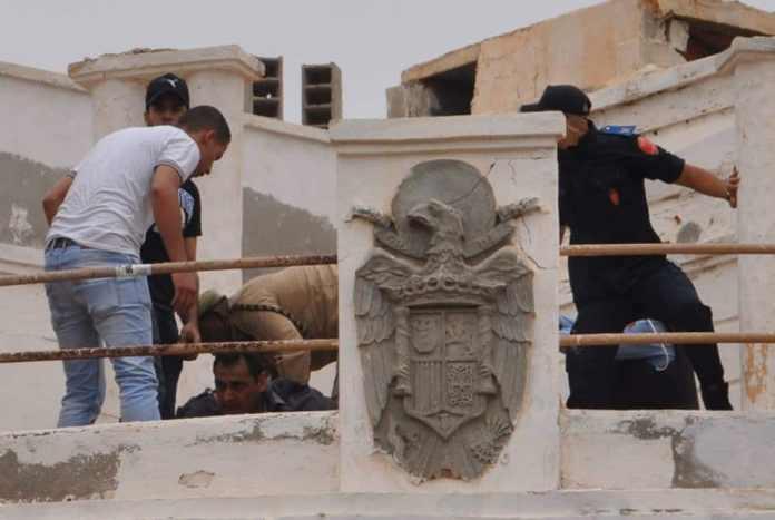 Gendarmes y policías marroquíes reducen a jóvenes que reivindican su españolidad ocupando el antiguo consulado, adornado todavía en 2016 con el escudo preconstitucional.