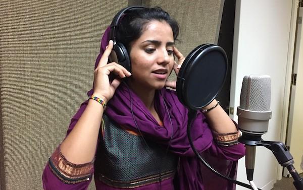 """Sonita Alizadeh en """"Novias a la venta"""" y grabando el sonido del vídeo."""