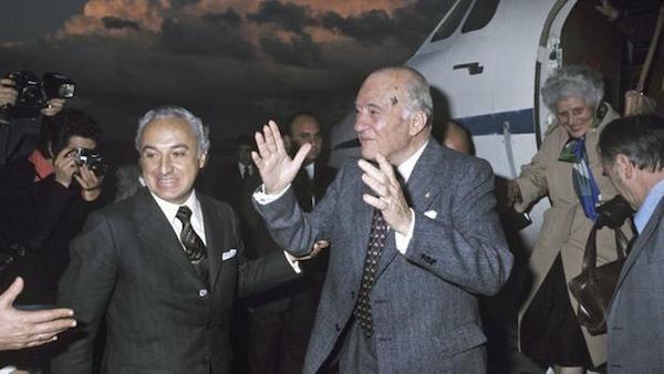 Tarradellas es recibido en Madrid por el ministro Manuel Jiménez de Parga.