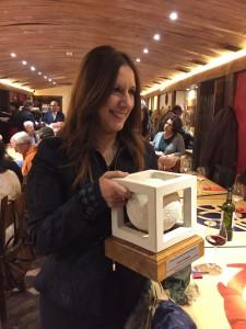 Dolores Redondo, con la escultura que representa el premio Periodistas de Navarra