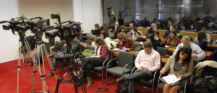 Periodistas siguiendo una comisión de investigación. (Patxi Cascante)