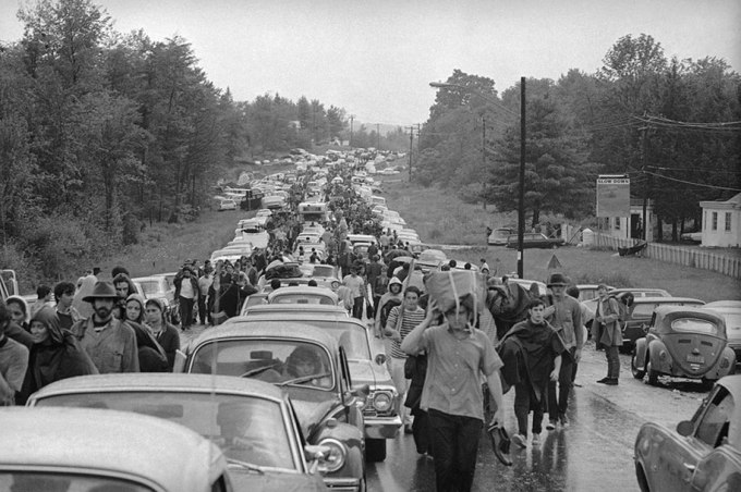 crazy-things-woodstock-festival-photography-10