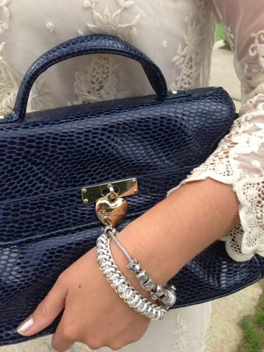 detalles pulseras y bolso