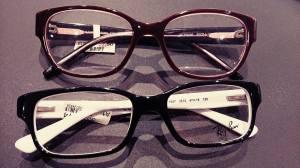 Meiner Mama meine Brillenoptionen gezeigt (Habt ihr ne Meinung? Die untere ist quasi wie die, die ich jetzt habe...).