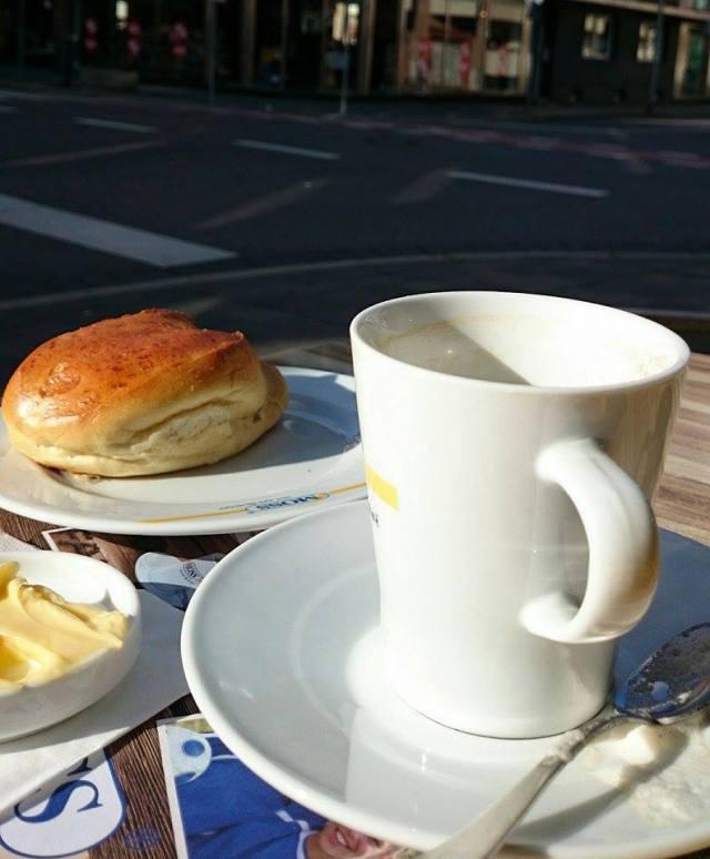 Auf dem Weg nach Hause habe ich eine Tasse Kaffee in der Sonne genossen. Es war ganz schön windig...und riecht schon ein wenig nach Herbst...